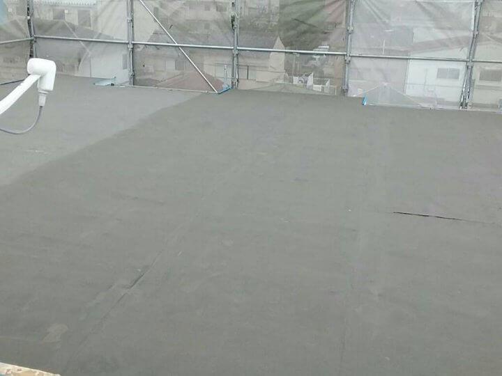 屋上の陸屋根下塗り後