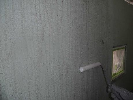 外壁モルタル下塗り一回目塗装状況