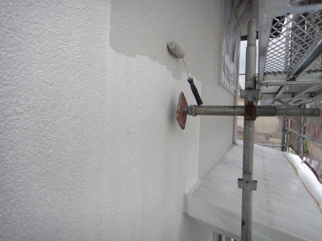 外壁サイディングの中塗り塗装状況