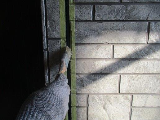 外壁サイディングの塗装前の目地のコーキング打替えコーキングプライマー塗布状況