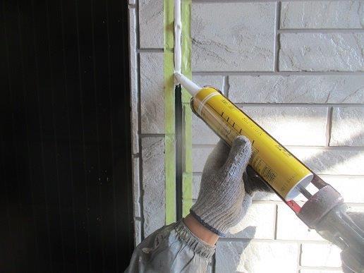 外壁サイディングの塗装前の目地のコーキング打替えコーキング打設状況