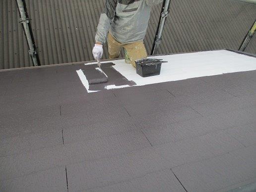 屋根上塗り一回目塗装状況