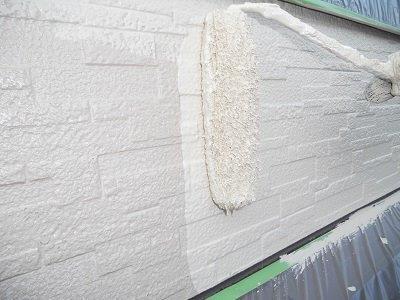 外壁サイディング上塗り一層目塗装状況