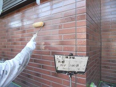 外壁タイル調サイデイングクリアー塗装一層目塗装状況
