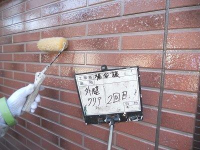 外壁タイル調サイデイングクリアー塗装二層目塗装状況