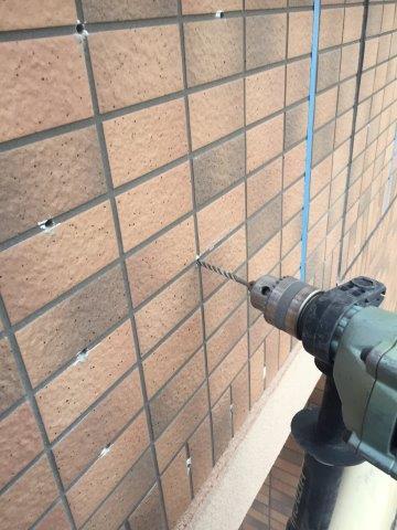 外壁タイル面注入穴あけ状況