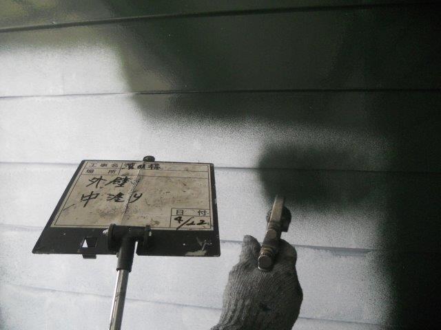 外壁板金塗装上塗り一層目塗装状況