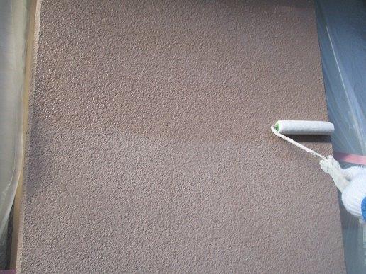 外壁モルタル面下塗り一層目塗装状況