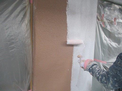 外壁モルタル面下塗り二層目塗装状況
