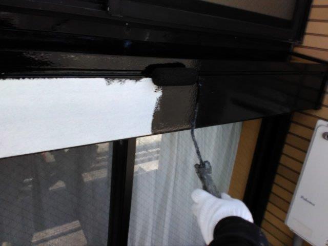 シャッターボックス塗装上塗り一層目塗装状況