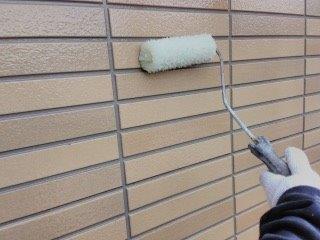 外壁タイル調サイデイングクリヤー塗装二層目塗装状況