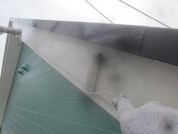 外壁付帯部破風板塗装上塗り二層目塗装状況
