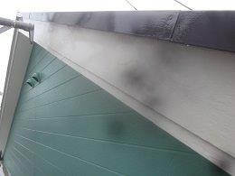 外壁付帯部破風板塗装上塗り二層目完了