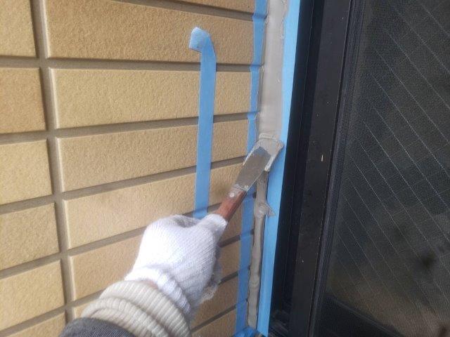 外壁サッシ廻りコーキング打ち増しコーキングならし状況