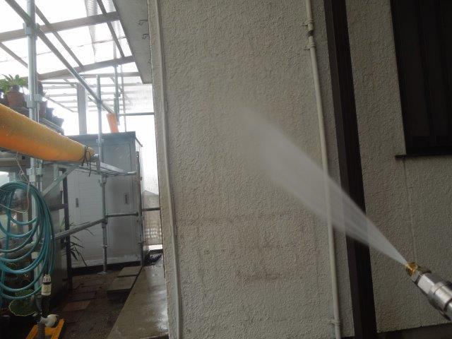 外壁モルタル部塗装前高圧洗浄状況