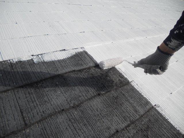 屋根カラーベスト遮熱塗装下塗り塗装状況