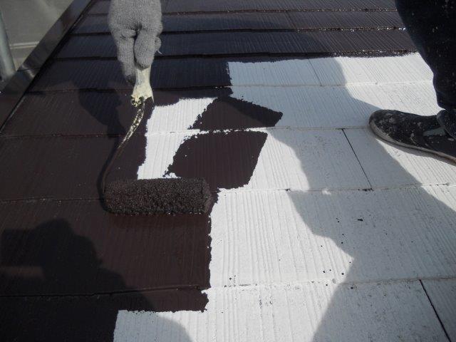 屋根カラーベスト遮熱塗装上塗り一層目塗装状況