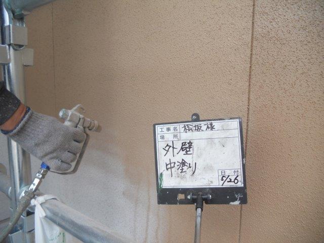 外壁サイディング塗装上塗り一層目塗装状況