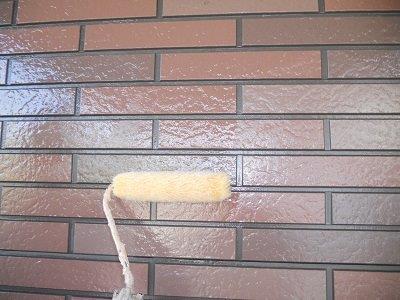 外壁タイル調サイデイングクリヤー塗装上塗り一層目塗装状況