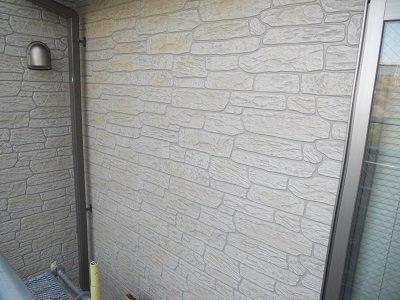 外壁タイル調サイデイングクリヤー塗装上塗り一層目塗装完了