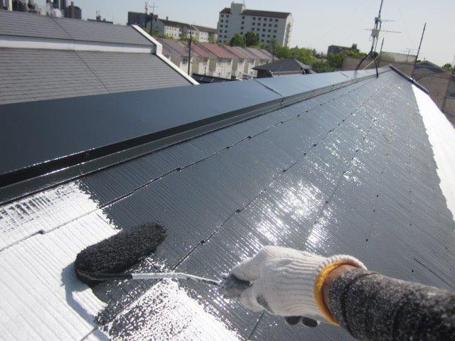 屋根カラーベスト遮熱上塗り一層目塗装状況