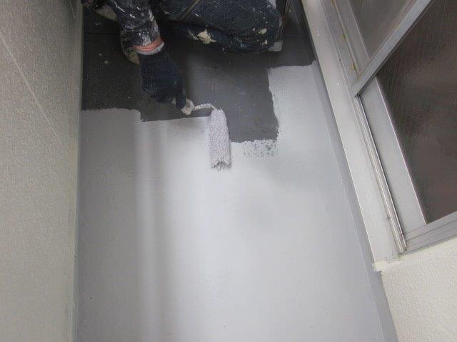共用通路土間下塗り一層目塗装状況