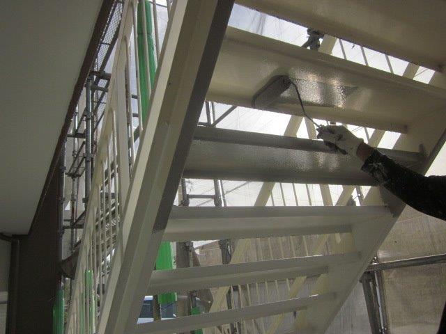 鉄骨階段錆止め塗装状況