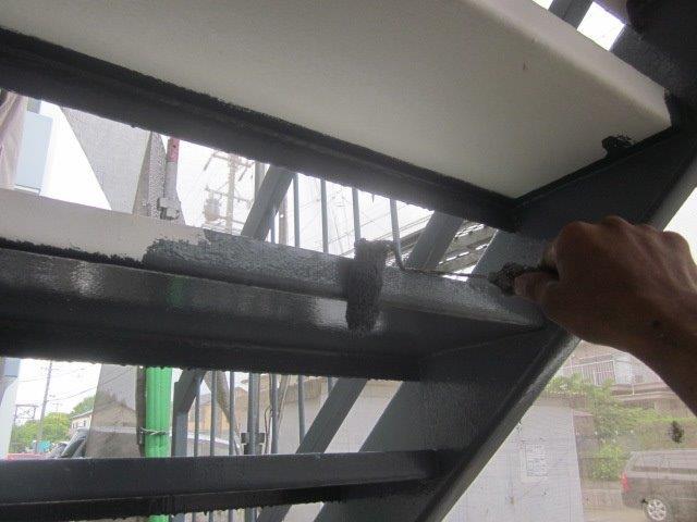 鉄骨階段上塗り一層目塗装状況