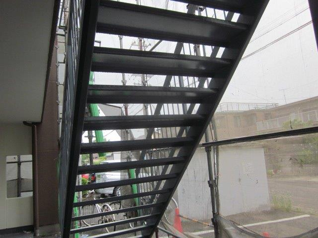鉄骨階段上塗り一層目塗装完了
