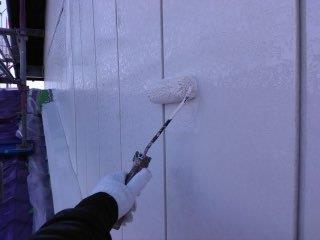金属サイディング塗装中塗り塗装状況