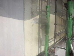 外壁モルタル塗装下塗り一層目塗装完了