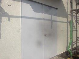 外壁鉄扉上塗り二層目完了
