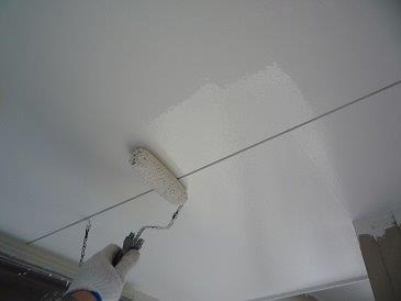 軒天塗装上塗り二層目塗装状況