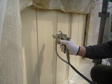 雨戸塗装上塗り二層目塗装状況