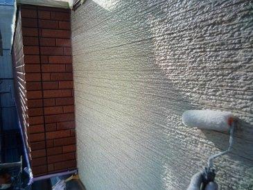 外壁サイディングクリヤー塗装上塗り二層目塗装状況