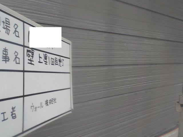 外壁サイデイング溶剤シリコン塗装上塗り一層目塗装完了