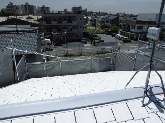 屋根カラーベスト遮熱フッ素塗料塗装下塗り二層目塗装状況