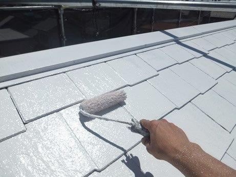 屋根カラーベスト遮熱フッ素塗装下塗り二層目塗装状況