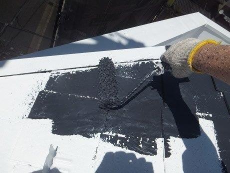 屋根カラーベスト遮熱フッ素塗装上塗り一層目塗装状況