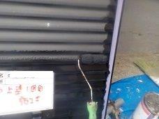 外壁付帯部雨戸塗装上塗り一層目塗装状況