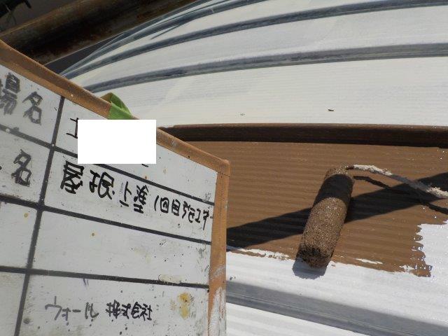 折半屋根キルコ遮熱塗料一層目塗装状況
