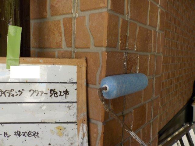 外壁タイル調外壁クリヤー塗装上塗り一層目塗装状況