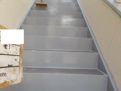 鉄骨階段塗装上塗り一層目塗装完了