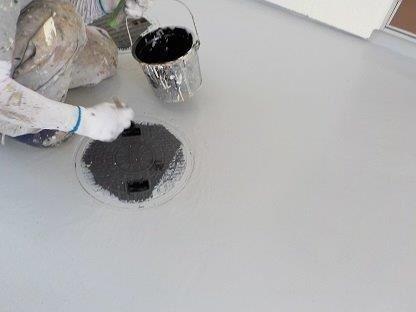 共用通路土間塗装後マンホール塗装状況