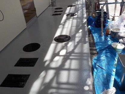 共用通路土間塗装後マンホール塗装完了