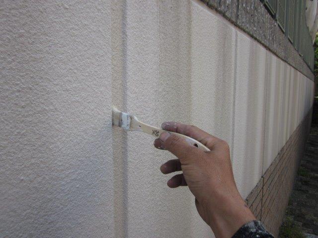 外壁サイデイング目地コーキングプライマー塗布状況