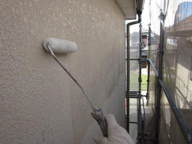 外壁サイディングフッ素塗料塗装下塗り一層目塗装状況