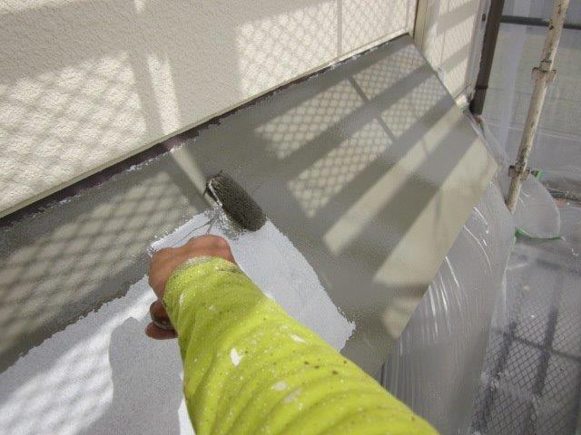 外壁付帯部庇塗装上塗り一層目塗装状況