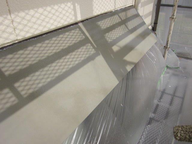 外壁付帯部庇塗装上塗り一層目塗装完了
