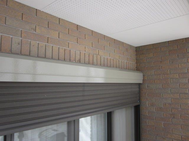 外壁付帯部シャッターボックス塗装上塗り一層目塗装完了